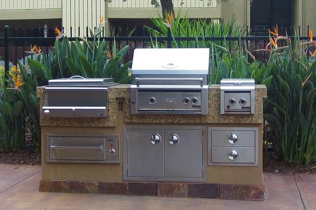Печка-гриль на территории апартаментов в Калифорнии