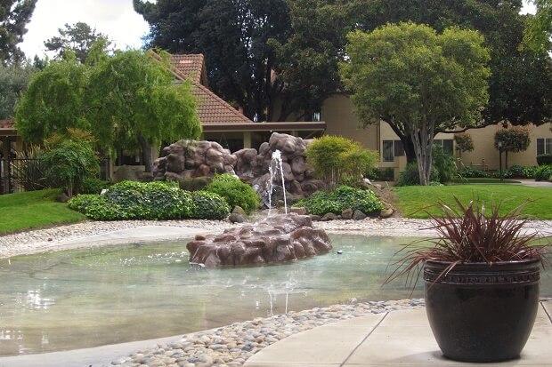 Искусственный водоем на территории апартаментов в Калифорнии