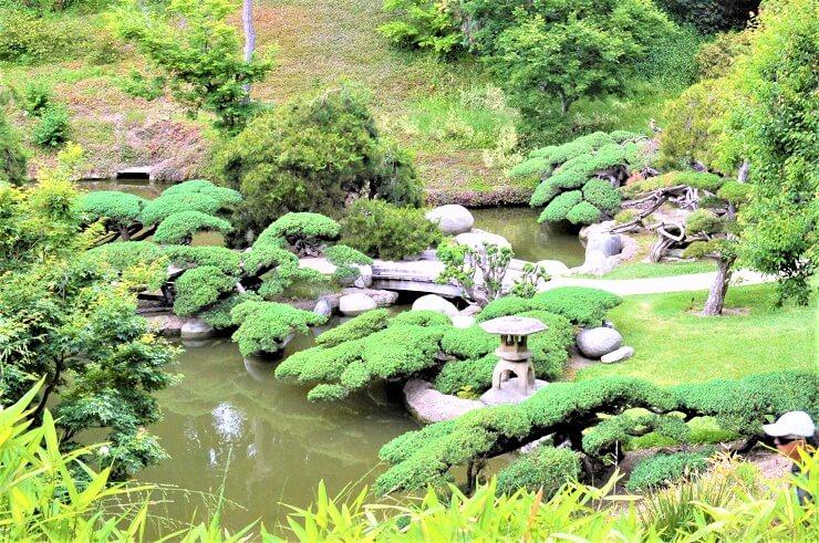 Каменный фонарь в ботаническом саду Хантингтона