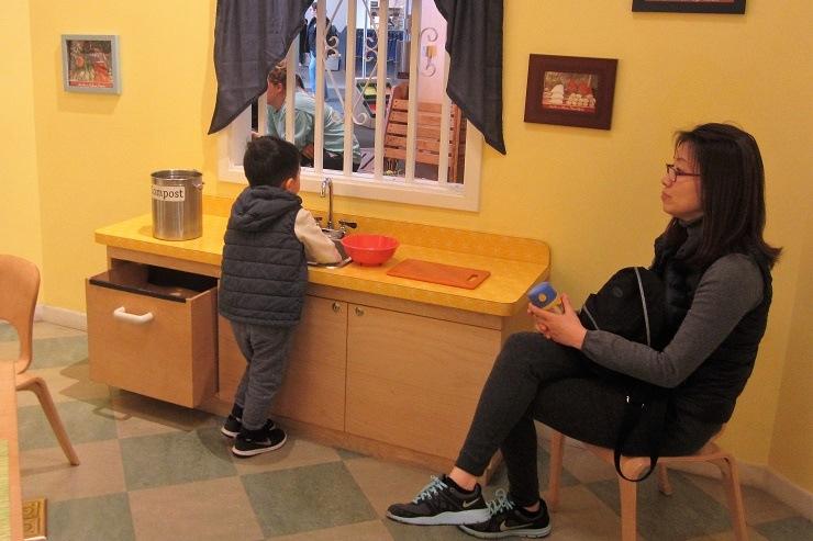 Детский музей в Сан-Хосе. Мытье посуды
