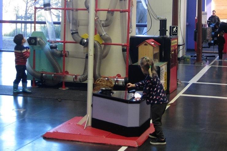 Детский музей в Сан-Хосе. Запуск самолета
