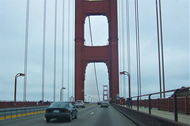 Шесть полос движения на мосту Золотые Ворота