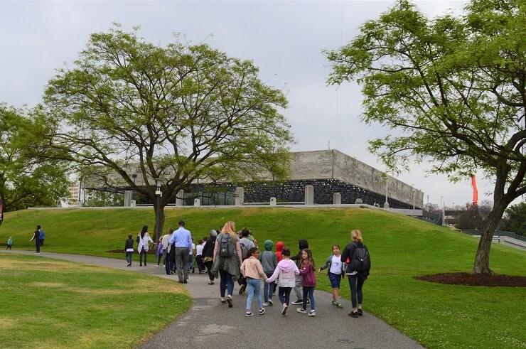 Дети спешат в музей Ла-Бреа