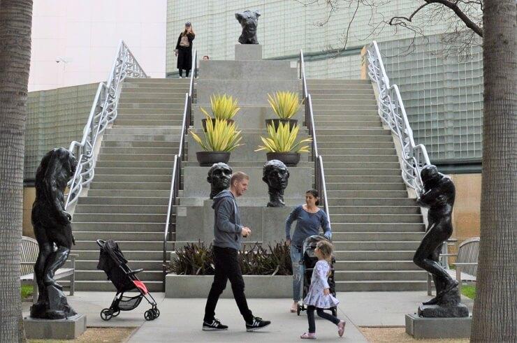 Скульптуры Родена у Музея искусств округа Лос-Анджелес