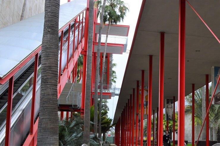 Эскалатор у Музея искусств округа Лос-Анджелес