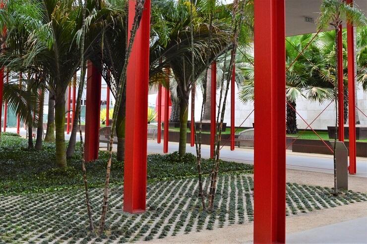 Пальмы у Музея искусств округа Лос-Анджелес