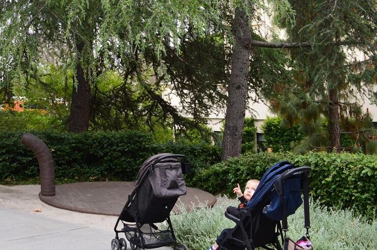 Ребенок рассматривает иесталляцию у Музея искусств округа Лос-Анджелес
