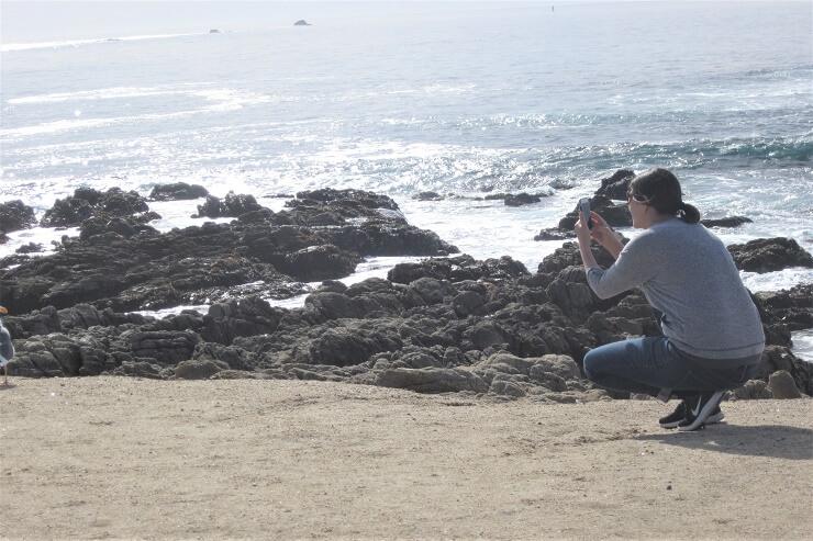 Девушка фотографирует океан
