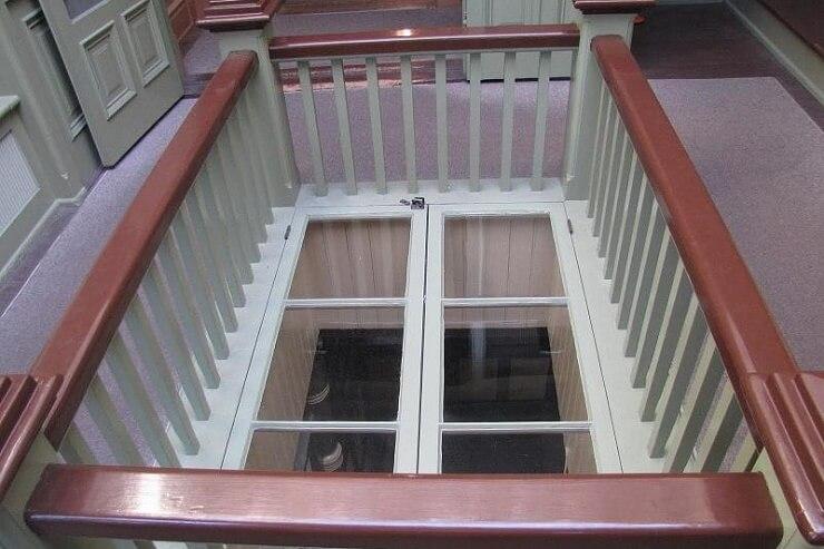 Окно в полу в Доме Винчестеров
