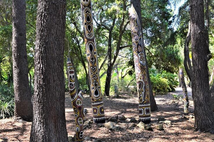 Сад скульптур Папуа-Новой Гвинеи. Цветные столбы