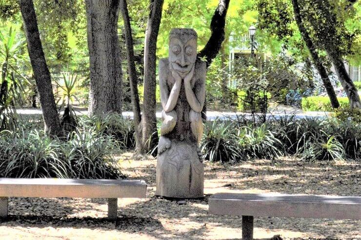 Мыслитель из Сада скульптур Новой Гвинеи в Стэнфорде