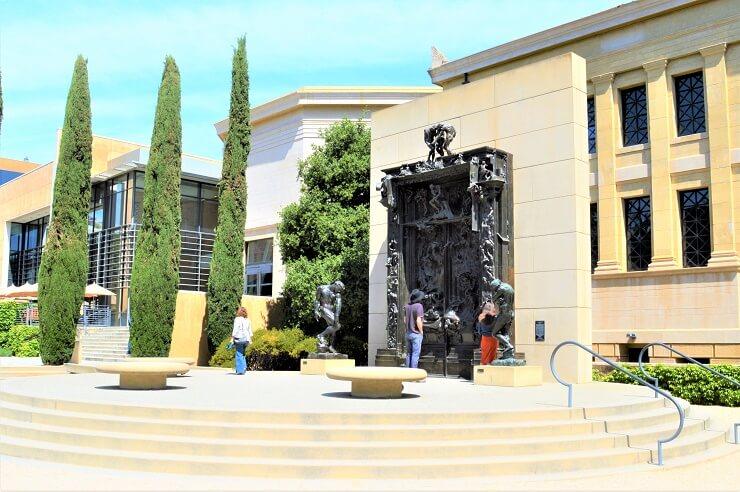 Врата ада на Центре изобразительных искусств Канторов
