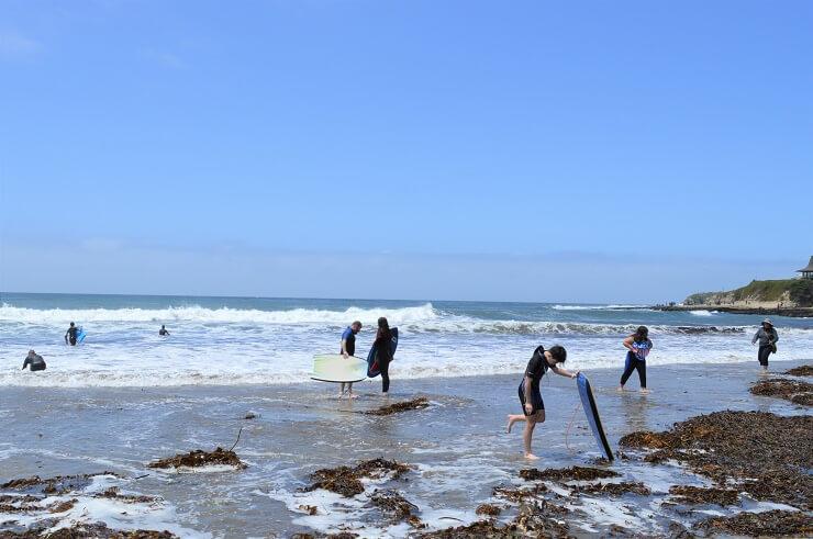 Виндсерфингисты на пляже в Санта-Круз