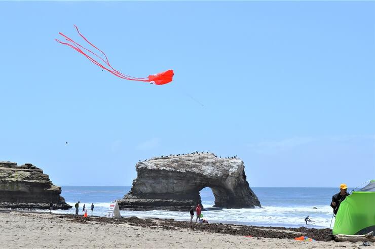 Воздушные змеи на пляже в Санта-Круз