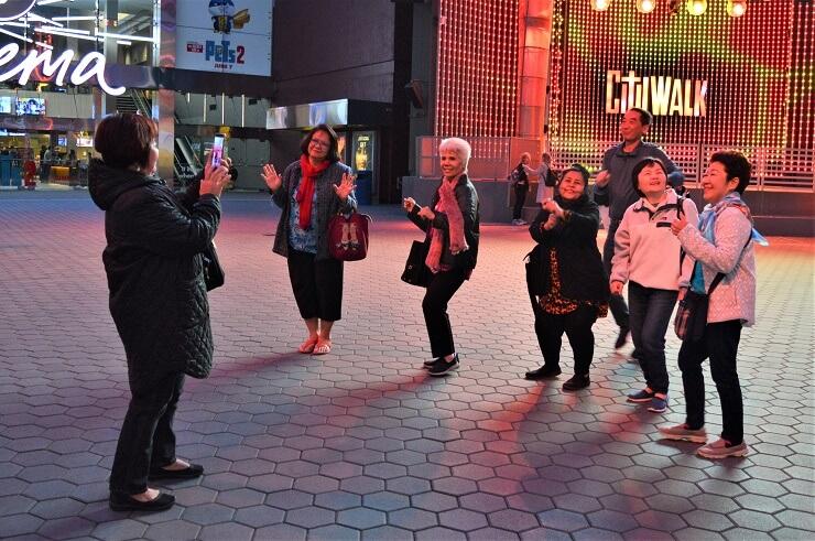 Группа японцев на CityWalk