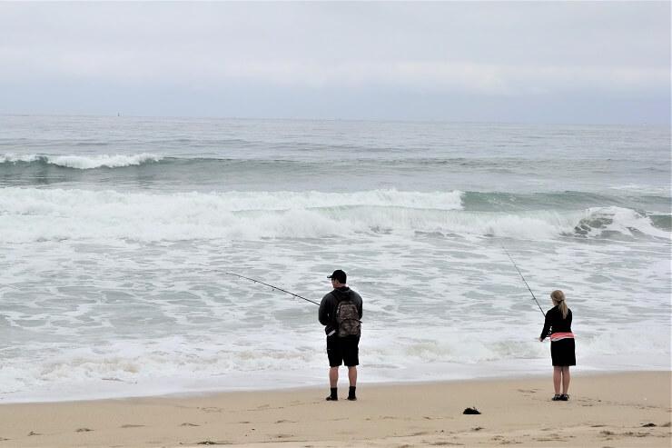 Рыбаки ловят рыбу на берегу Тихого океана